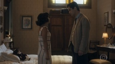 Lola flagra Inês e Carlos conversando e quer saber o assunto - Carlos desconversa e diz que precisa se arrumar para encontrar Inês