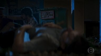 Juan acorda e tenta socorrer Mário - Mário continua desacordado após pancada de destroços