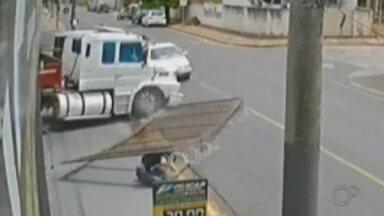 Homem usa caminhão para derrubar portão em cima do sócio após discussão em Lins - Segundo registro policial, donos do caminhão discutiam dentro do lava-rápido quando um deles saiu com o veículo e o outro tentou impedir fechando o portão.