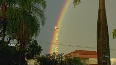 Arco-íris duplo chama atenção de moradores na região de Bauru - Fenômeno foi registrado um dia após uma forte chuva causar estragos na cidade. Segundo meteorologista, um arco é reflexo do outro.