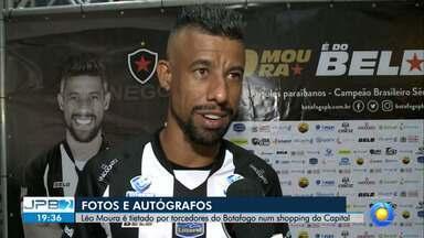 JPB2JP: Torcedores do Botafogo lotaram aeroporto para recepcionar Léo Moura - Novo lateral-direito do Belo.