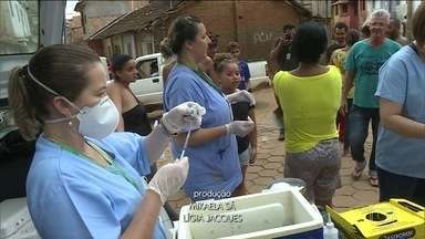 Minas tem quase 200 cidades em emergência por causa da chuva - Número de mortos sobe para 56. Preocupação agora é com a saúde dos moradores atingidos pelas enchentes. Profissionais estão mobilizados para imunizar as pessoas.