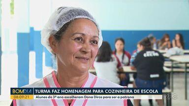 Turma faz homenagem para cozinheira da escola - Os alunos fizeram uma homenagem bem especial para dona Dirce, a cozinheira do colégio.