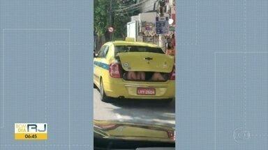Taxi transporta passageiros no porta-mala - Flagrante foi feito na Tijuca