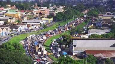 Obras de recomposição de talude deixam trânsito lento no Anel Rodoviário de BH - Reforma é feita no km 542, na altura do bairro Olhos D'Água, na Região Oeste.