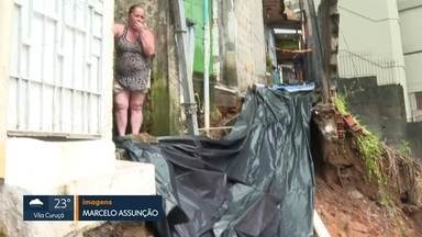 Chuva provoca queda de muro na Zona Norte - Pelo menos 24 pessoas ficaram isoladas até a chegada dos bombeiros.