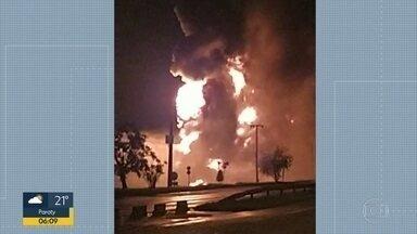 Explosão em caminhões-tanque assusta moradores de Duque de Caxias - Vizinhos disseram nas redes sociais que o estrondo foi tão forte que as janelas tremeram. Pelo menos 6 caminhões pegaram fogo no pátio de uma distribuidora de combustíveis.