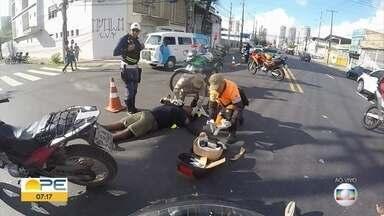Acidente na Avenida Cruz Cabugá deixa dois feridos e complica trânsito - Colisão entre moto e carro aconteceu na manhã desta terça-feira (3).