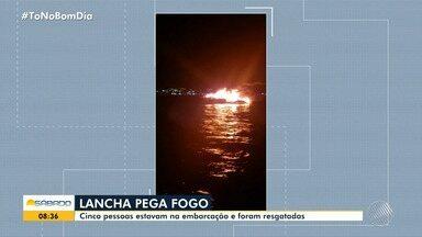 Lancha fica pega fogo na Baía de Todos-os-Santos, na Ilha de Itaparica - Apesar do susto, as cinco pessoas que estavam na embarcação não ficaram feridas.