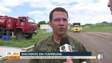 Autoridades falam dos trabalhos de recuperação de Itaperuna - Rio Muriaé está baixando, mas ainda há muitas áreas alagadas.