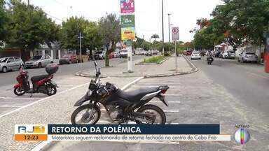 Fechamento de retorno no centro de Cabo Frio, RJ, ainda gera dircusão entre motoristas - Prefeitura alega ter fechado a via baseado em um parecer técnico da UFRJ.