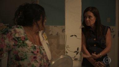 Lurdes questiona Thelma sobre seu desânimo com o casamento de Danilo e Camila - Danilo conta para Camila que já comprou as alianças do casamento