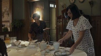 Clotilde não consegue contar a Lola sobre sua gravidez - Ela diz que precisa lhe falar, mas Alfredo chega e a conversa acaba ficando pra depois
