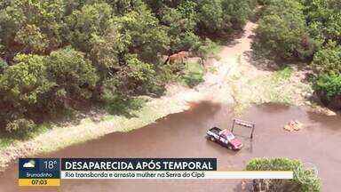 G1 no BDMG: Mulher desaparece em rio de Santana do Riacho, na Serra do Cipó - De acordo com os bombeiros, ela tentava atravessar um rio com o companheiro depois que o carro deles foi pelas pelas águas. O homem conseguiu se salvar se agarrando na vegetação.