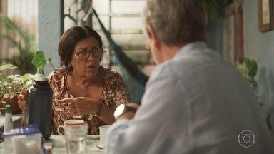 Miguel avisa a Lurdes que Magno será solto - A babá faz questão de esperar o filho na saída da prisão