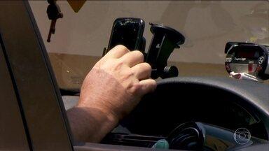 Aumenta o número de multas por uso de celular enquanto dirige - Motorista pode ser multado se falar, segurar ou manusear o telefone. Em São Paulo, a aplicação de multas por manusear o celular cresceu 22% em 3 anos.