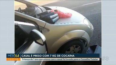 Casal leva criança de 1 ano em carro carregado com drogas - Os sete quilos de cocaína e da pasta base da droga estavam escondidos no painel da veículo.