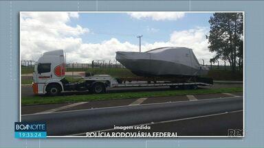 Lancha transportada de forma irregular é apreendida - Entre as irregularidades, o motorista do caminhão não era autorizado a fazer este tipo de transporte.