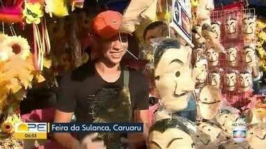 Feirantes da Sulanca, em Caruaru, apostam em fantasias carnavalescas para aumentar vendas - Figurino dos personagens da série 'La Casa de Papel' é uma das opções mais procuradas, segundo comerciantes.