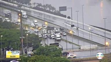 Chuva causa transtornos em toda cidade de São Paulo - A chuva alagou várias vias. A Marginal do Rio Tietê está interditada.