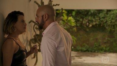 Álvaro disfarça a presença de Estela para Verena - Empresário ameaça a amante