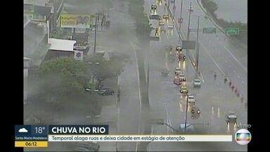 Bolsões de água atrapalham o trânsito na manhã desta terça-feira (11) - Oito bolões de água estão espalhados em pontos da cidade do Rio, apos as chuvas desta segunda-feira (10).