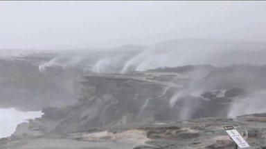 Austrália vive as piores enchentes dos últimos 30 anos - Vento e chuva fortes fazem água de cachoeira subir em vez de descer.
