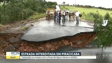 Tubulação se rompe com força da água e leva o asfalto em estrada de Piracicaba - Com força da água, uma tubulação se rompeu e levou o asfalto em estrada de Piracicaba, que foi interditada.