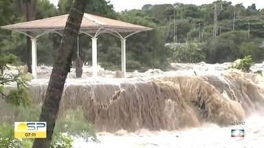 Represa transborda em Itu e alaga bairros - A enxurrada invadiu várias casas e famílias ficaram desalojadas.,