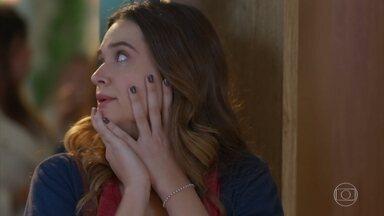 Apreensiva, Luna recebe ajuda de Vicky - Helena e Úrsula tentam resolver um problema no evento