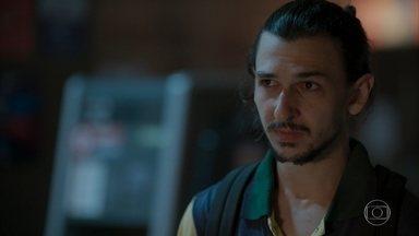 Elias tenta se aproximar de Magno - Filho de Lurdes fica intrigado com namoro de Penha e Belizário