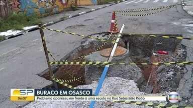Cratera aberta em frente a uma escola em Osasco - Buraco fica na Rua Sebastião Picão, esquina com a Rua Domênica Bolzon.