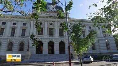Bandidos arrombam Faculdade de Direito do Recife e roubam arquivos com documentos - Instituição tem 192 anos de existência e teve três computadores levados pelos criminosos. Polícia Federal investiga o crime.