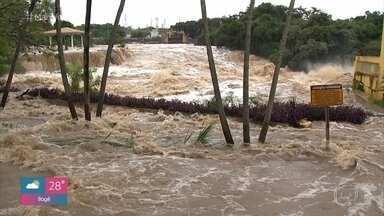 A cidade de Salto continua em estado de atenção - Enchente que atingiu a cidade é a maior em 40 anos. Em Botucatu, foram identificadas as 4 pessoas que morreram na zona rural