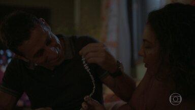 Belizário presenteia Penha com uma joia dada por Álvaro a Estela - A viúva de Wesley fica impressionada com o valor do presente e questiona o policial