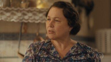 Genu questiona Lola sobre seu distanciamento de Afonso - Lola confessa que tem dificuldade de refazer a vida
