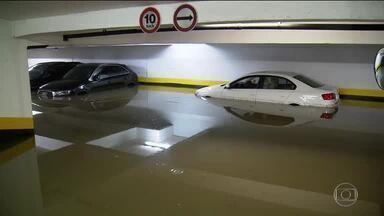Depois da chuva, carros que ficaram submersos lotam oficinas em SP - Motoristas acionam a seguradora e ficam à espera do veredito: se terão um carro novo ou se o carro molhado vai ser consertado. A chuva pode aumentar o valor do seguro.