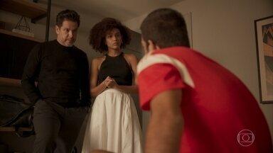 Raul e Vitória propõem que Sandro deixe o país - O rapaz recusa a proposta dos pais e afirma que não quer abandonar sua vida no Brasil