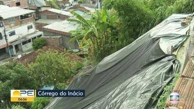 Moradores do Córrego do Inácio denunciam situação de barreira - Comunidade da Zona Norte do Recife precisa de plástico nas barreiras para evitar acidentes.