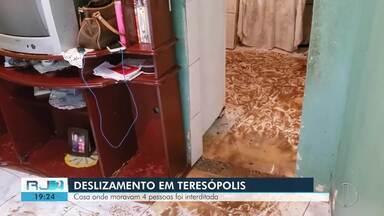 Uma casa também é atingida por deslizamento de terra em Teresópolis, RJ - Casa onde moravam 4 pessoas foi interditada. A defesa civil municipal encontra-se em estágio de atenção.
