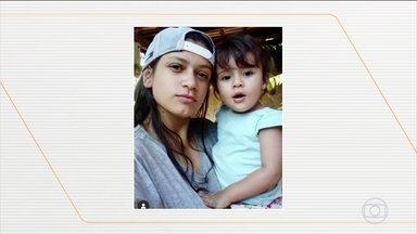 Mãe é a principal suspeita de matar a filha de 2 anos em Brasília - Na hora em que foi presa, a mãe de 21 anos não esboçou reação. Assassinato foi em Vicente Pires, a 20 km de Brasília. Pai disse que encontrou criança morta e a mãe da criança com a faca na mão. Polícia já descartou a participação do pai.