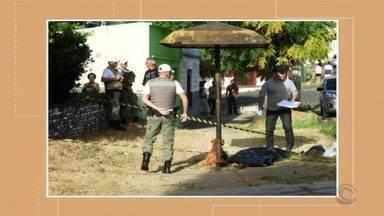 Após tentar salvar o dono, cachorro permanece ao lado do corpo em Santana do Livramento - Scooby ficou com Auri Rogério Lemes Mendes, de 32 anos, durante todo o trabalho da polícia e da funerária, nesta quarta-feira (12). Imagens de câmeras de segurança registraram o momento em que o cão correu atrás de suspeito.
