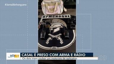 Casal é preso suspeito de tentar roubar motorista por aplicativo, em Goiânia - Com eles foram apreendidos uma arma e rádios transmissores.