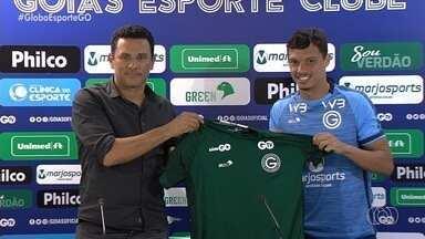 Mike é apresentado no Goiás e pode estrear contra o ex-clube - Atacante deve ser relacionado para o clássico contra o Atlético-GO
