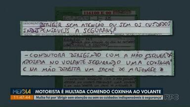 Motorista é multada por segurar coxinha e sachê de maionese enquanto dirigia no Paraná - De acordo com o Detran-PR, condutora de Ponta Grossa cometeu uma infração leve e foi autuada em R$ 88.