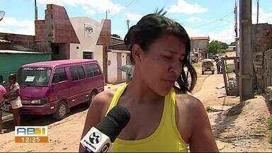 Moradores reclamam de esgoto estourado, buracos e desperdício de água em Garanhuns - Prefeitura estabelece prazo para realização de obras nas travessas do bairro Massaranduba.