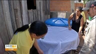 Moradores de Corumbá recebem telas de proteção para evitar focos de mosquito - Material é colocado em tambores e caixas d'água.