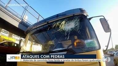 Motorista de caminhão fica ferido após pedra ser arremessada contra o parabrisa do veículo - Os estilhaços de vidro caíram nos olhos da vítima.