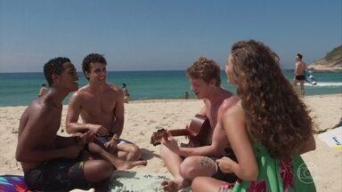 Serginho, Guga, Rita e Filipe se divertem na praia - Os quatro conversam sobre as responsabilidades de assumir seus filhos