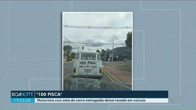 Motorista avisa, de forma improvisada, que está sem pisca alerta - O flagrante foi feito em Ponta Grossa. Dirigir veículo sem alerta de conversão é infração média.